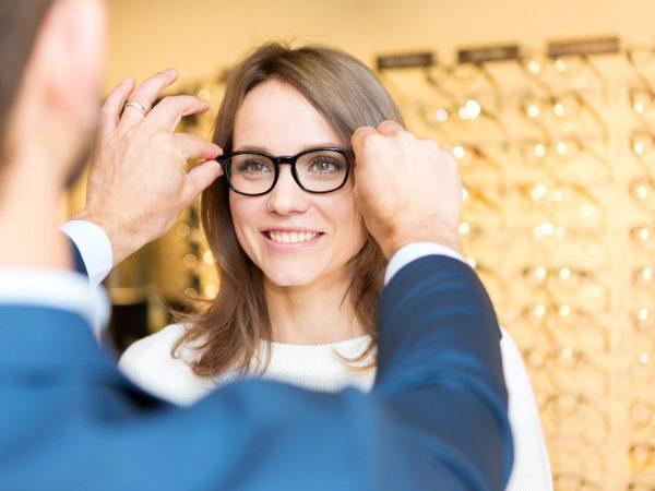 opticien-femme-lunettes